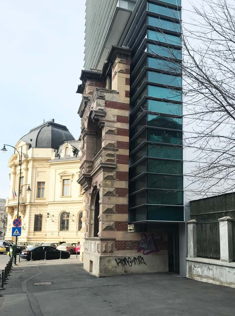 combintation between new and old style building in Bucharest